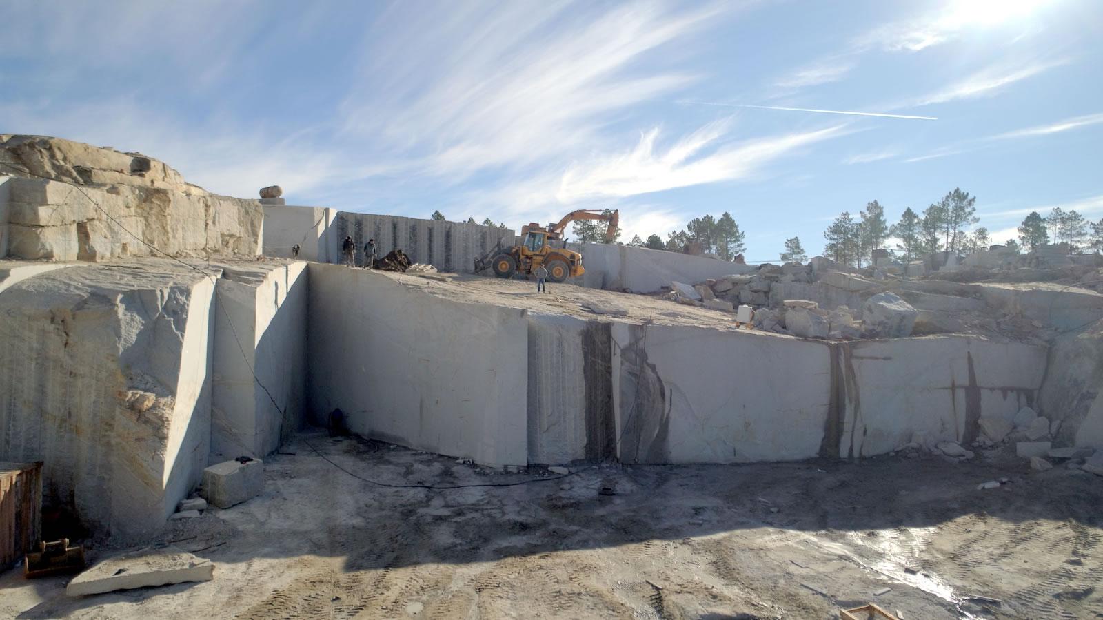 Granitos Irmãos Peixoto - Pedreira da Lapa - Extração de Granitos